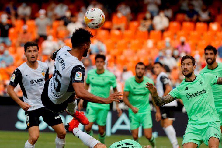 El defensor paraguayo Omar Alderete conecta un balón en el juego del Valencia con Bilbao.