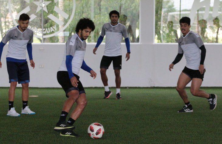 Lorenzo Melgarejo (d) entrena con sus compañeros de selección.
