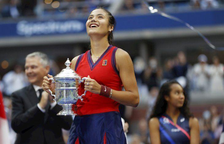 Emma Raducanu exhibe el trofeo ganado en el US Open.