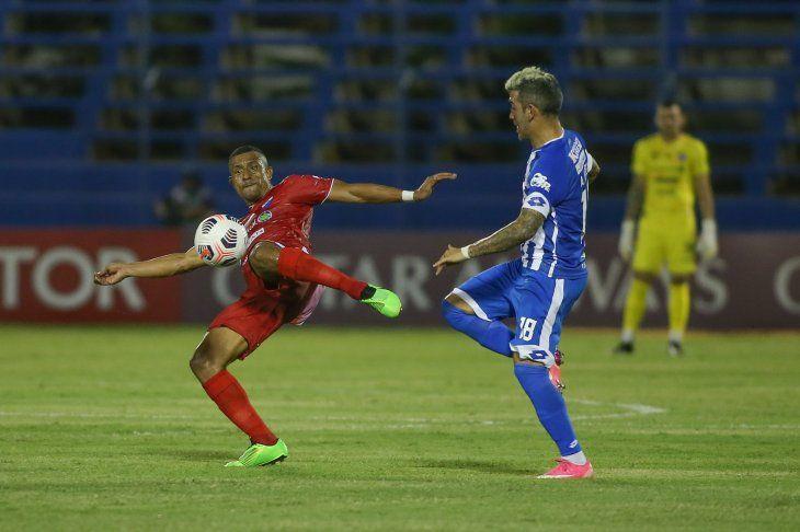 Farid disputa el balón frente a Núñez.