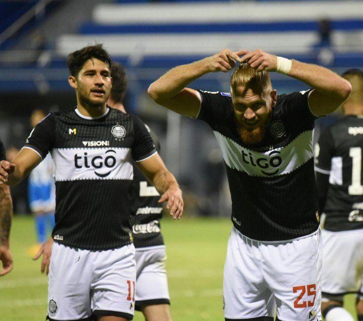 Iván Torres e Isidro Pitta celebran un gol de Olimpia.