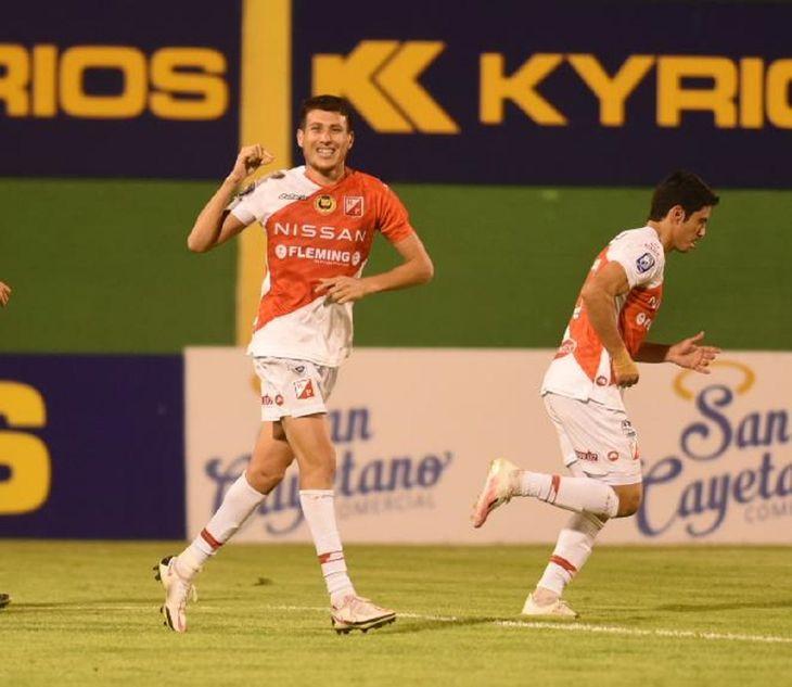 Hernesto Caballero celebra un gol de River Plate.