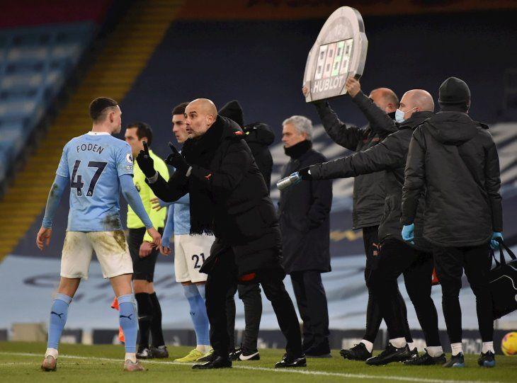 Pep Guardiola da indicaciones a Foden.