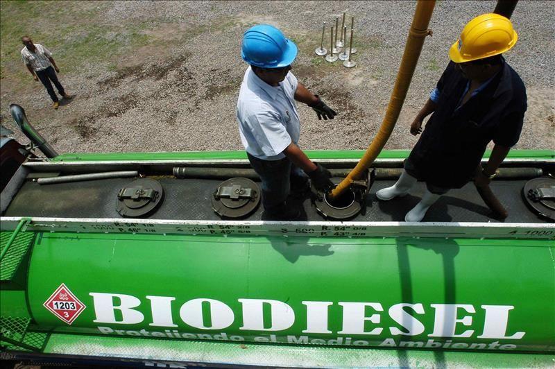 Trabajadores cargan un camión con biodiesel en la planta industrial de Bio Energía para la producción de diesel a partir de aceite vegetal en El Salvador. EFE/Archivo