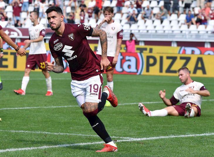 Antonio Sanabria celebra un gol con la camiseta del Torino.