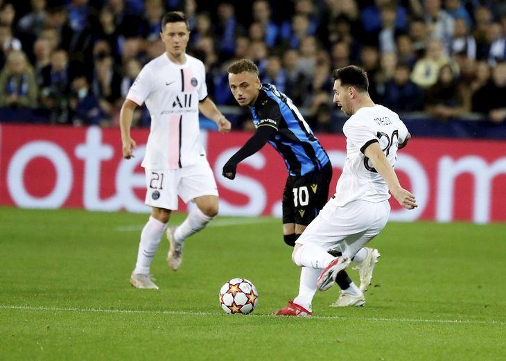 Messi saca un disparo hacia la portería de Brujas.