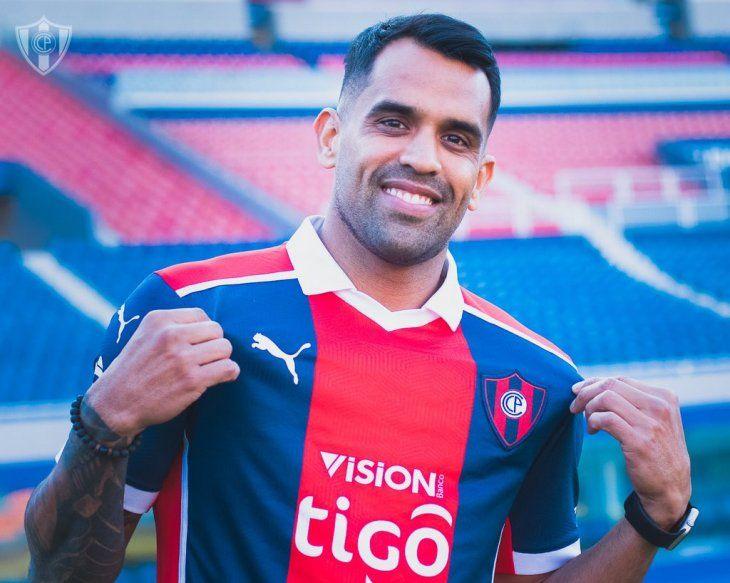Carlos Rolón ya posa con la camiseta azulgrana.