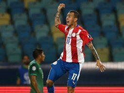 Salto de calidad. Alejandro Romero celebra su gol. El atacante aportó para el crecimiento del juego ofensivo de Paraguay que arrastraba una deuda futbolística.