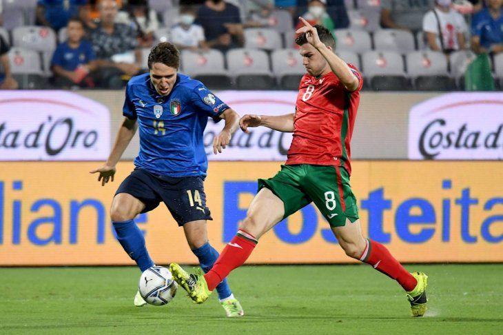 Jugadores de Italia y Bulgaria se disputan el balón.