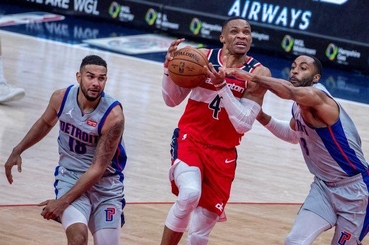 Russell Westbrook en acción frente a los Pistons.