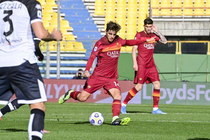 Un jugador de la Roma dispara hacia el arco de Parma.