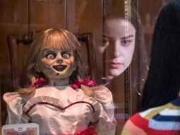 Aunque los Warren (Farmiga y Wilson) han encerrado a Annabelle en una vitrina bajo llave en el sótano de su casa, esta muñeca demoniaca consigue liberarse y vuelve a sembrar el terror allá por donde pasa.