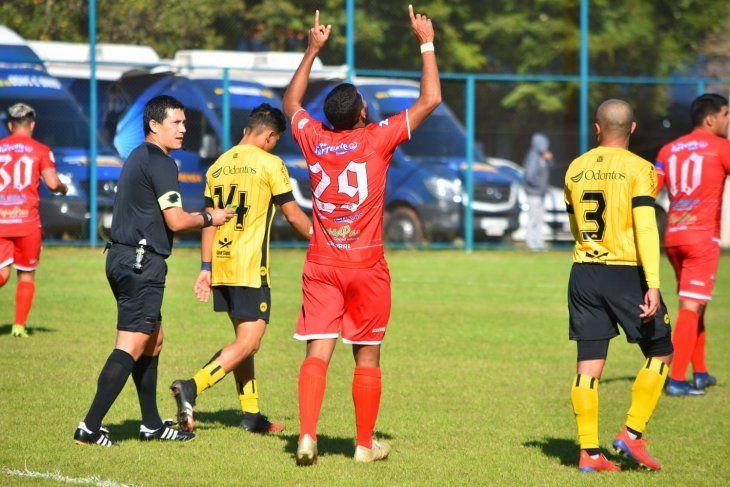 Lenon celebra uno de sus goles en la Copa Paraguay ante Recoleta.