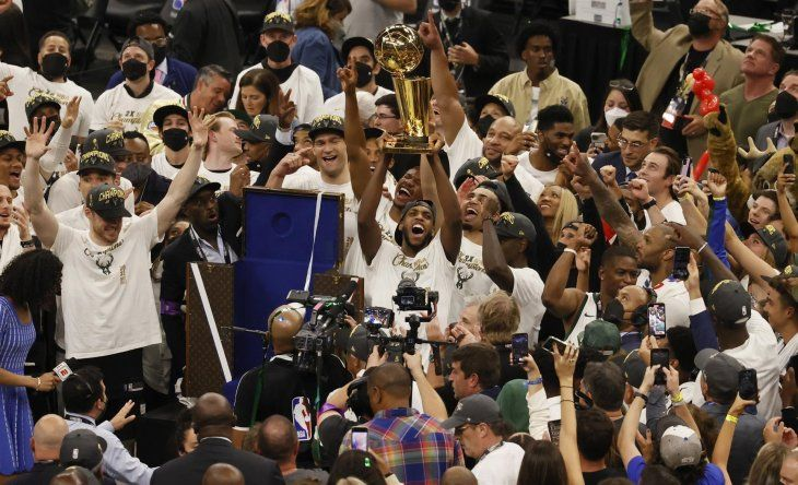 Los Milwaukee Bucks se proclamaron este martes campeones de la NBA