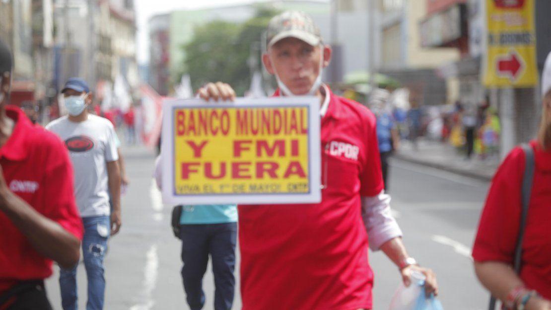 Miembros de sindicatos marchan en conmemoración del Día del Trabajo