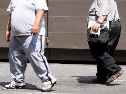 Lograr y conservar un peso saludable, mantenerse físicamente activo, seguir una alimentación balanceada y evitar el consumo de bebidas endulzadas y alimentos procesados son claves en su prevención.