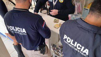 La Fiscalía y Policía Antisecuestro realizó allanamientos y detuvo a la propietaria de una farmacia en Herandarias, Alto Paraná, y otras personas más, en el marco de la investigación de un caso de extorsión.