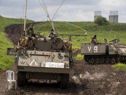 Soldados israelíes se sientan en su vehículo blindado de transporte de personal (APC) mientras esperan durante una gira de rutina, en Marom Golan junto a la frontera entre Israel y Siria en los Altos del Golán anexados. Fuente: EFE