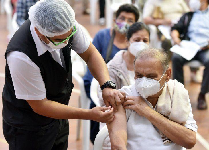 La vacunación en los centros masivos y regionales continúan durante esta jornada.
