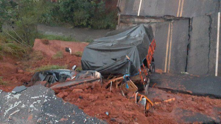 Tres personas murieron tras el desmoronamiento de un puente en San Pedro.