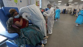 El Gobierno boliviano anunció este martes que comenzará a inmunizar a las personas mayores de 30 años contra el covid-19, tras la llegada de más vacunas al país en una jornada en la que se registró 1.667 nuevos contagios.