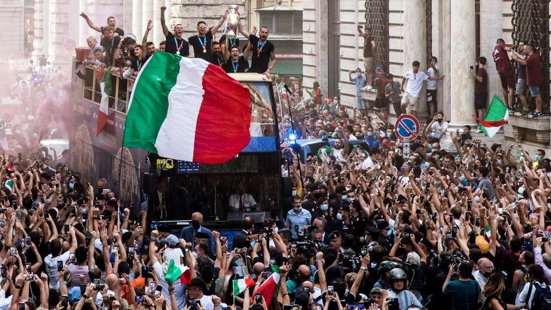 La selección italiana de fútbol en un bus descubierto en vía del Corso mientras los aficionados celebran su regreso de Londres tras ganar el campeonato de la Eurocopa 2020