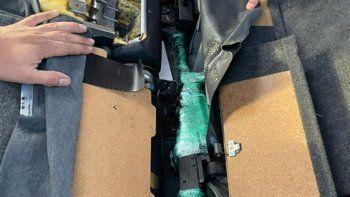 Julio Fernández, director de Aduanas, detalló que hallaron cinco fusiles tipo AK-47, una pistola 9 milímetros y 30 cartuchos en el interior de un vehículo importado.