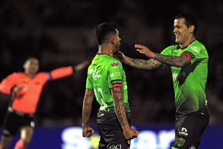 William Mendieta celebra un gol con su compañero.