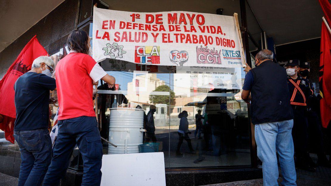 Integrantes de los sindicatos de la Unidad Sindical participan en un acto conmemorativo por el Día del Trabajador