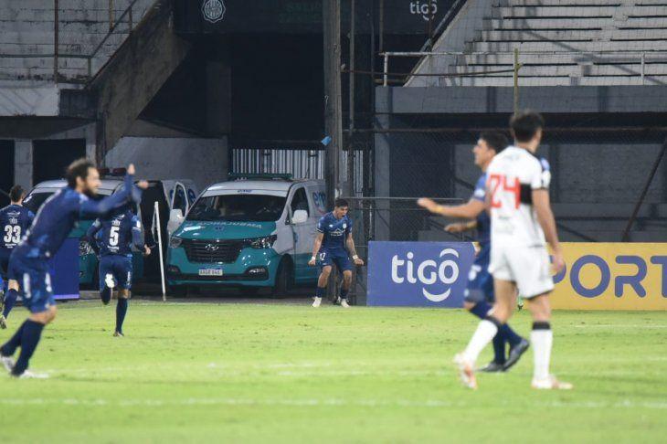 Junior Marabel festeja tras hacer su gol para Guaireña.