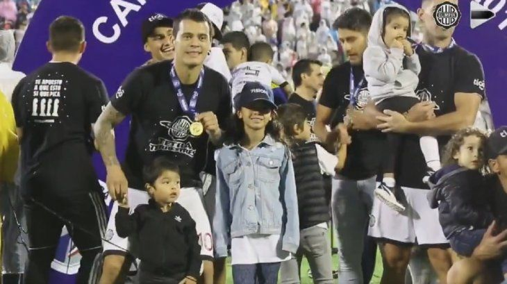 William Mendieta posa con su familia.
