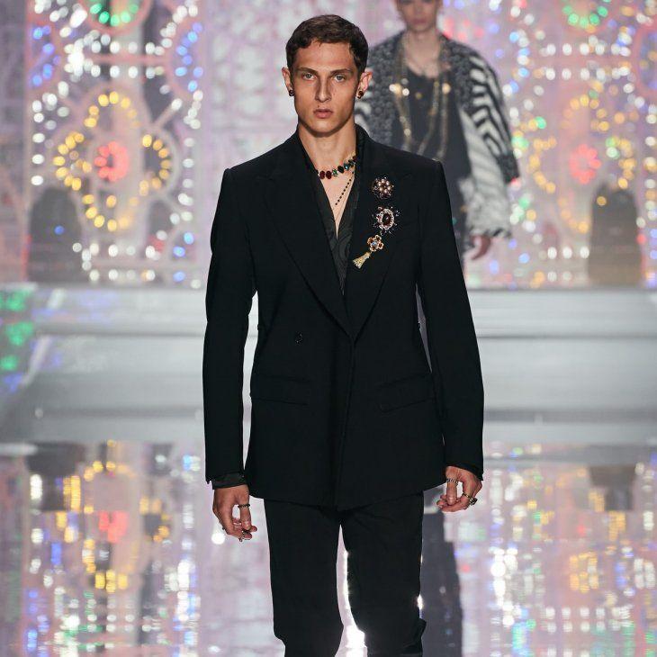 Deslumbrante. En un desfile lleno de color y glamour Dolce & Gabbana deslumbró en la pasarela con un símbolo de celebración y felicidad. El negro en las chaquetas como en pantalones