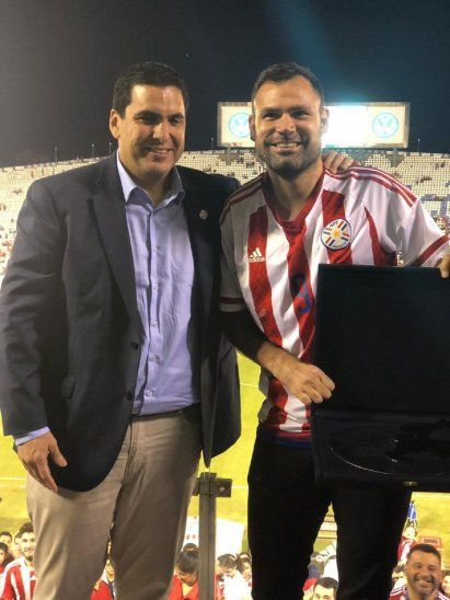 Julio González Ferreira junto al presidente Robert Harrison.