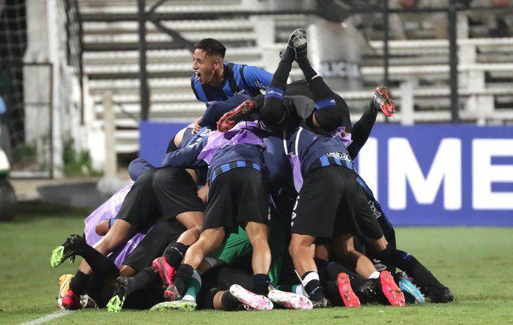 Liverpool de Uruguay festeja la victoria obtenida ante la Católica de Ecuador.