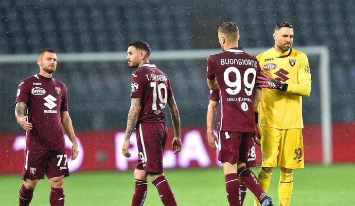 Jugadores del Torino se lamentan tras perder con Napoli.