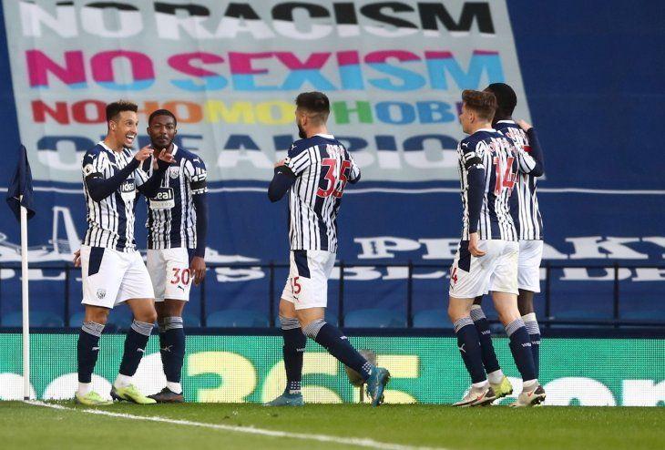 Jugadores delWest Bromwich celebran un gol.