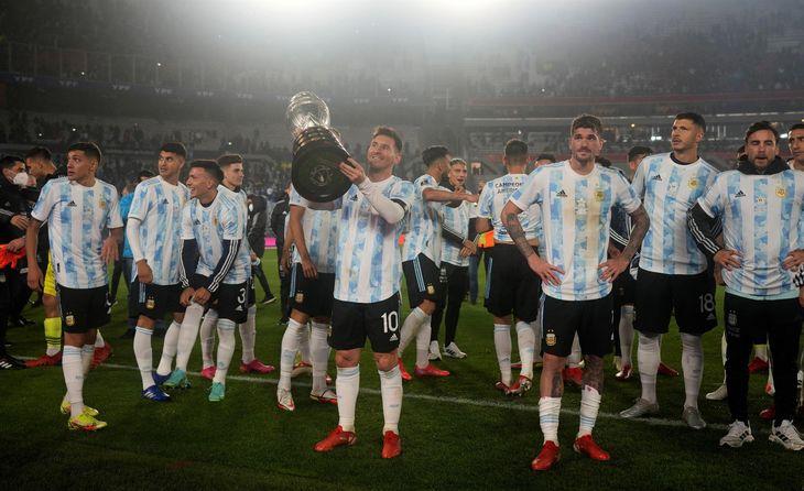 Lionel Messi exhibe la Copa América junto a sus compañeros.