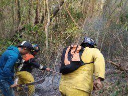 En medio de un tupido monte los bomberos voluntarios  caminaron una larga distancia para llegar hasta los focos de incendio, que presumiblemente fueron provocados intencionalmente, en la serranía de San Joaquín.
