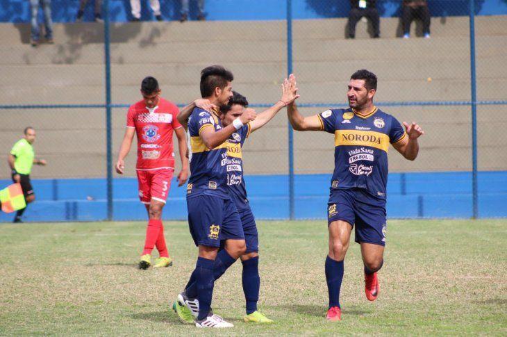 Jugadores del Sportivo Trinidense celebran el gol de Marcos Riveros.
