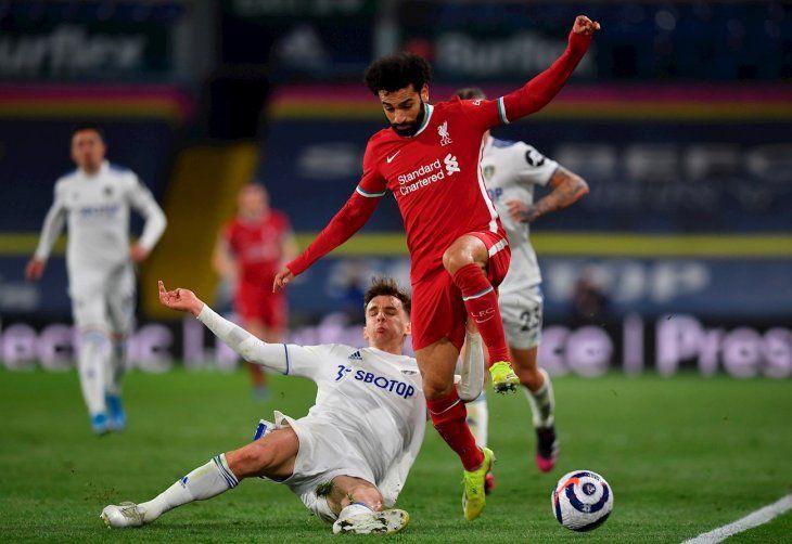 Salah disputa el balón durante el partido con el Leeds.
