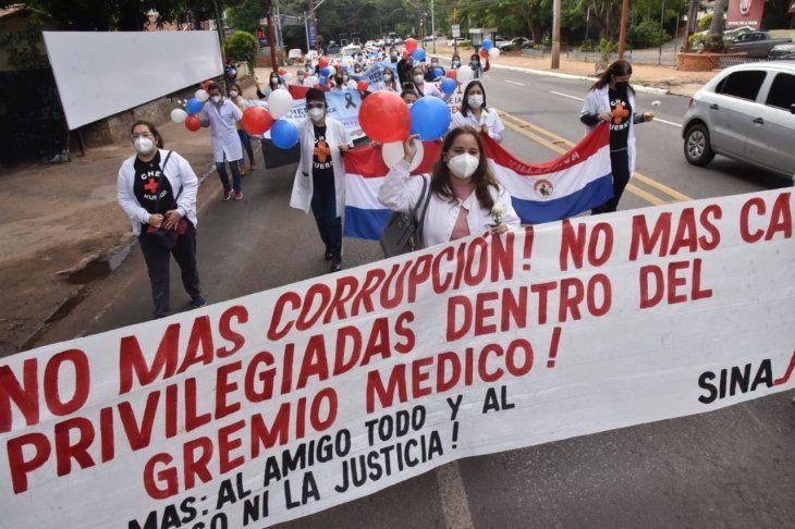 Los médicos salieron a marchar en la mañana de este viernes por la avenida Mariscal López.
