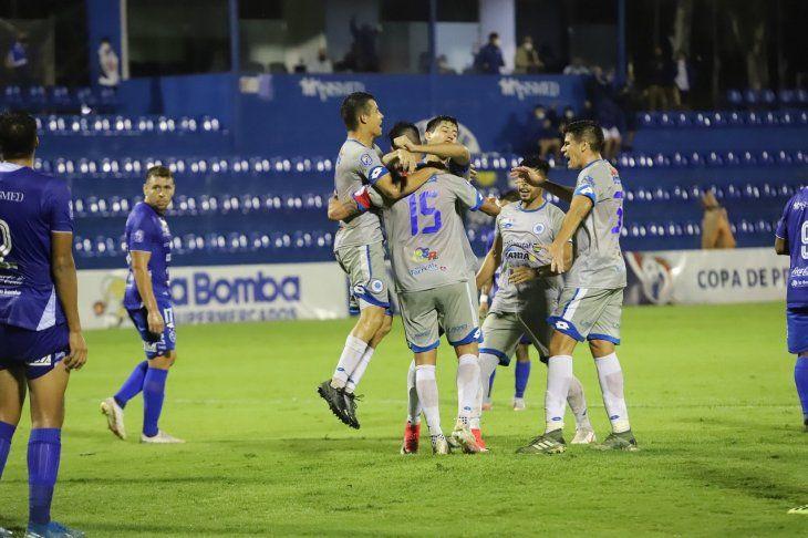 Jugadores del 12 de Octubre  celebran un gol ante Sol de América.