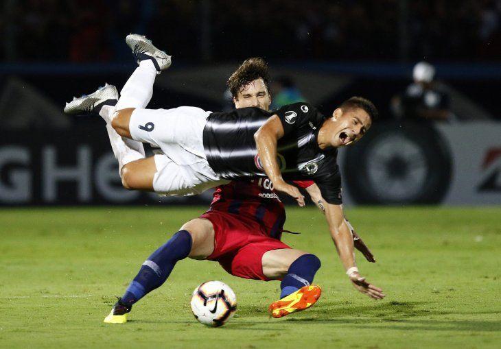 Guillermo Paiva sufre la dura entrada de Fernando Amorebieta.