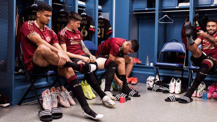 Eric López con sus compañeros se preparan para un partido del Atlanta United.