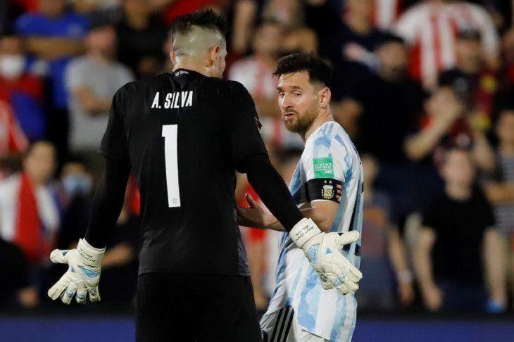No se achicó. Antony Silva encara ala estrella mundial Lionel Messi. Elgolero mostró mucha personalidad.
