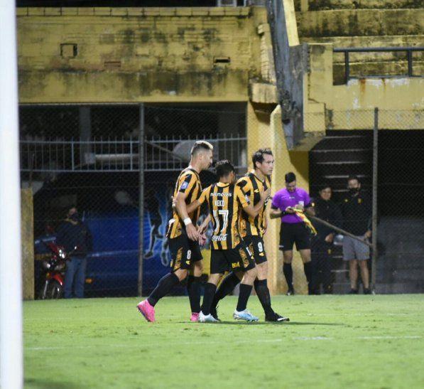 Jugadores de Guaraní celebran un gol.