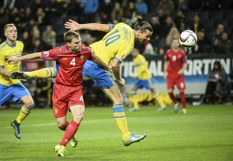Ibrahimovic (d) abrió el marcador del juego. Foto: EFE.