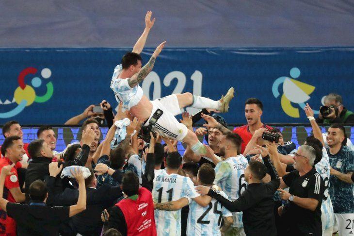 Messi festeja con sus compañeros tras el pitazo final.