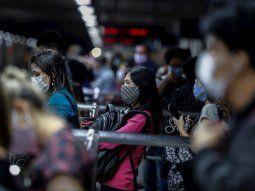 Pasajeros son vistos mientras usan tapabocas como precaución contra la  propagación del nuevo coronavirus, el pasado 24 de junio del 2020, en la  estación de metro de Sé en el centro de Sao Paulo (Brasil).