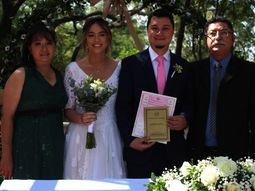 Para el recuerdo. Los nuevos esposos, Liz Marina Ferreira Amarilla y Almides Iván Pittoni López, posando junto a sus padrinos, María Selva López y Jorge Roberto Pittoni.